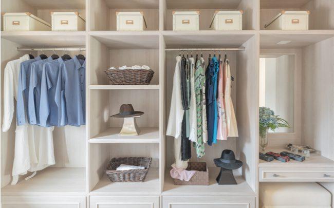 A melhor forma de organizar o guarda-roupas