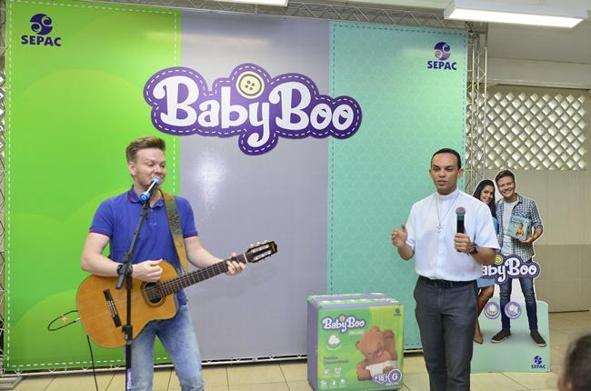 Doação de fraldas da linha BabyBoo com o cantor Michel Teló
