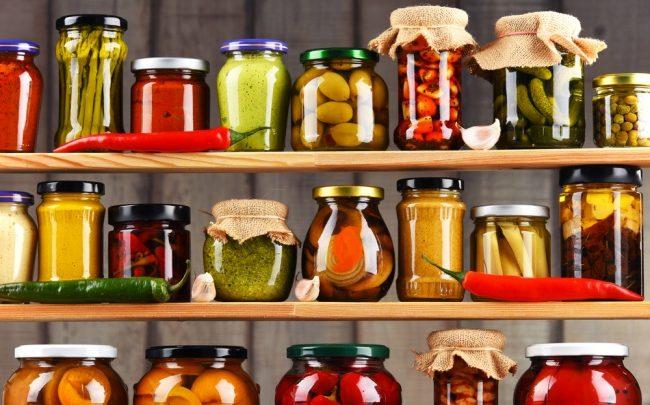Armazenando alimentos na despensa