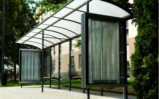 Ponto de ônibus com energia solar e jardim suspenso