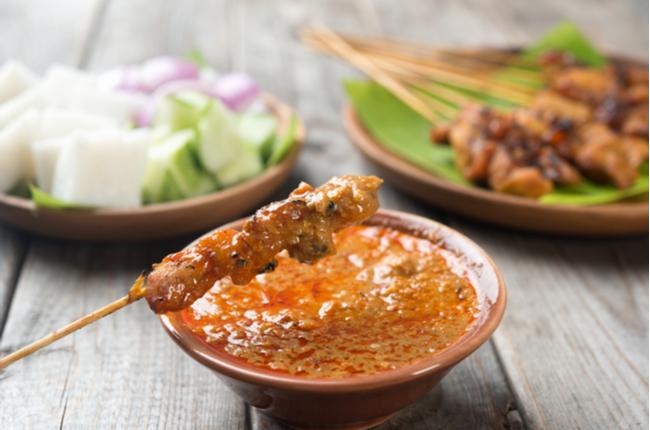 Satay – espetinho de porco com molho de amendoim - SEPAC