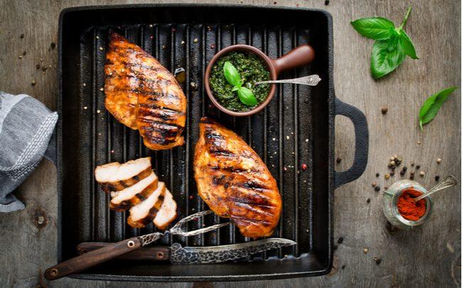 carne grelhada sobre grelha