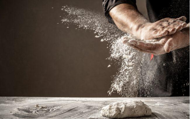 homem preparando receita com farinha branca