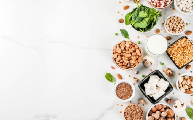 proteinas vegetais distribuidas sobre uma superfície branca