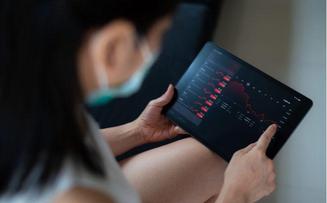 mulher usando um tablet