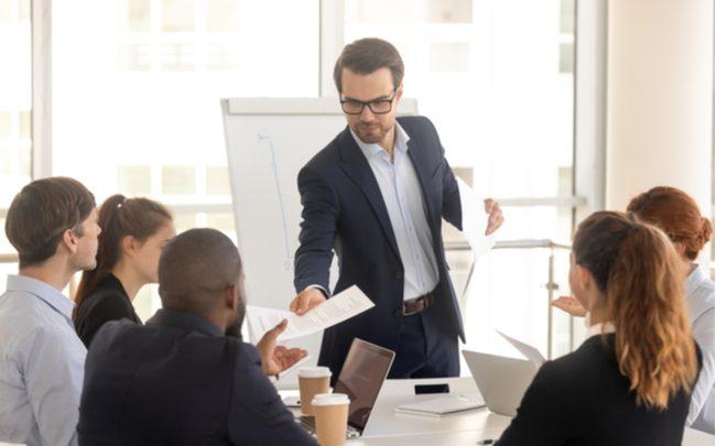 Profissional liderando reunião empresarial - SEPAC