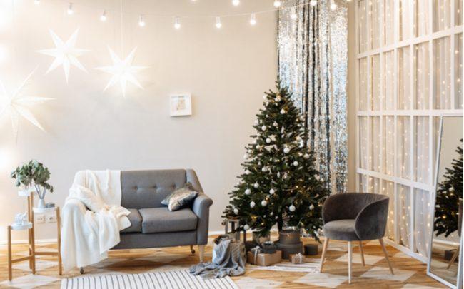 sala com decoração natalina, sofá e árvore de natal - SEPAC