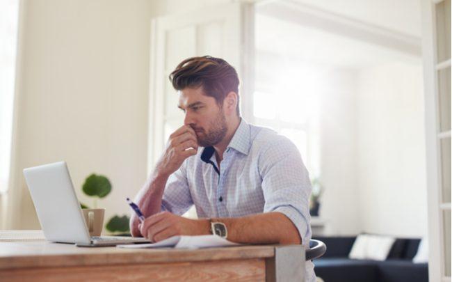 homem focando trabalhando home office - SEPAC