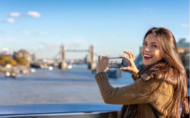 mulher fotografando - SEPAC