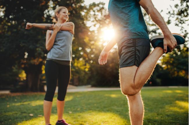 casal praticando exercício ao ar livre - SEPAC