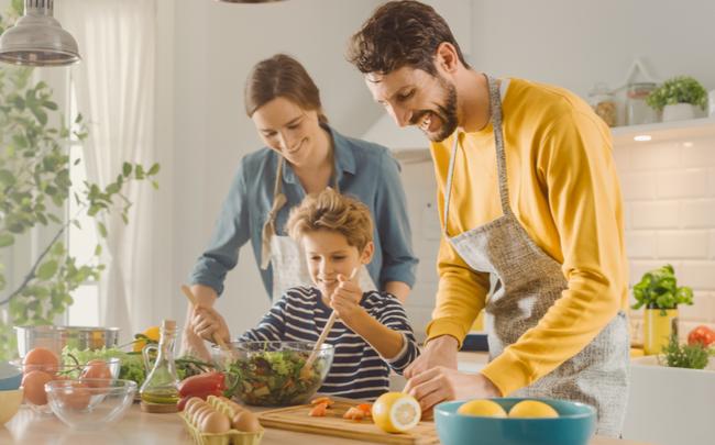 família cozinhando junta - SEPAC