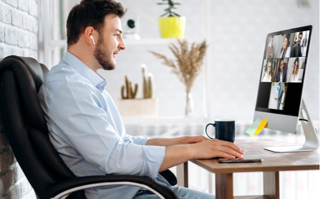 homem em reunião via home office - SEPAC