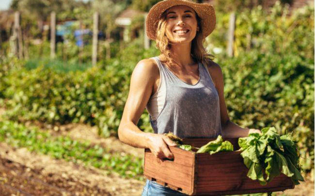 mulher com produtos orgânicos e naturais