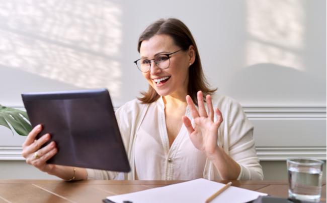 mulher conversando com equipe home office - SEPAC