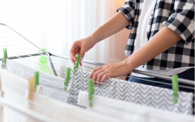 Mulher estendendo roupas no varal - SEPAC