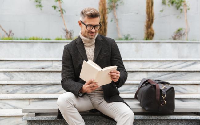 Homem sentado lendo um livro - SEPAC