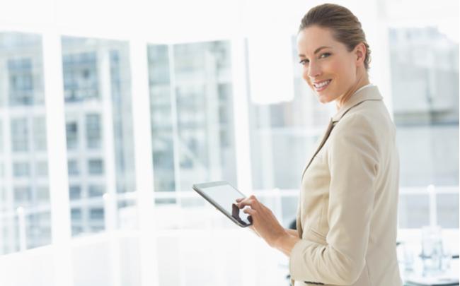 Mulher sorrindo enquanto faz uso de um tablet - SEPAC