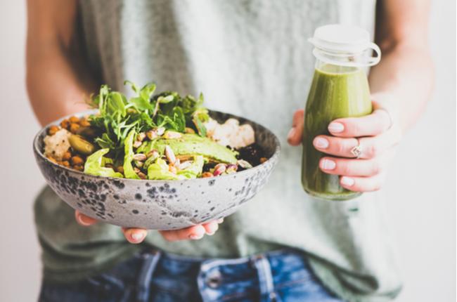 Mulher consumindo superalimentos em umam refeição balanceada - SEPAC