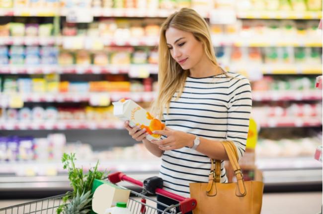 Mulher comprando alimentos saudáveis - SEPAC