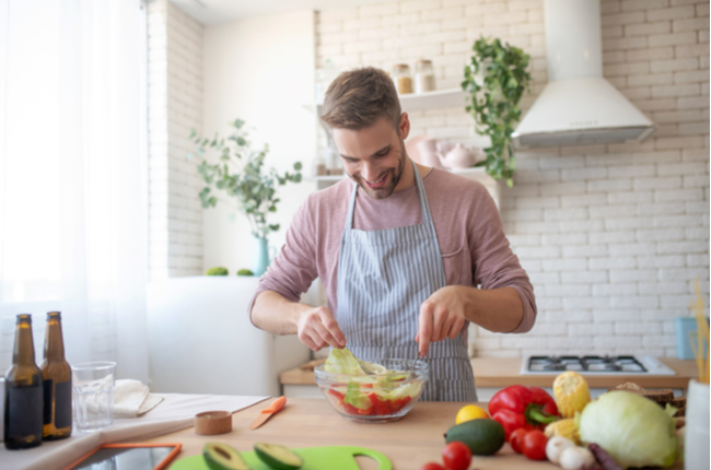 Homem praticando hábitos alimentares saudáveis