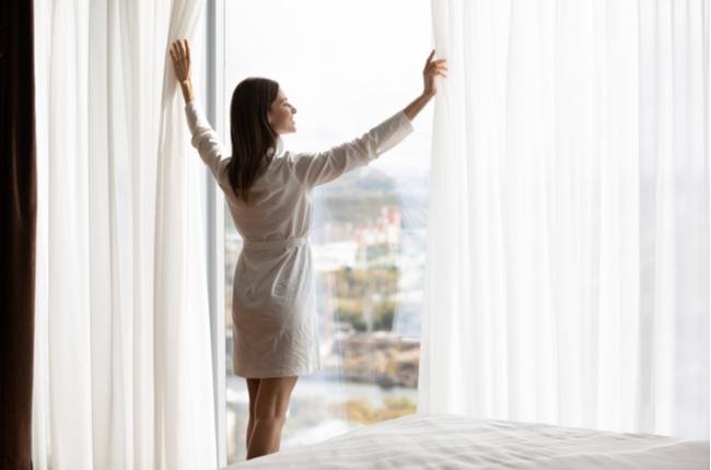 Mulher abrindo janela com tipos de vidro específico  - SEPAC