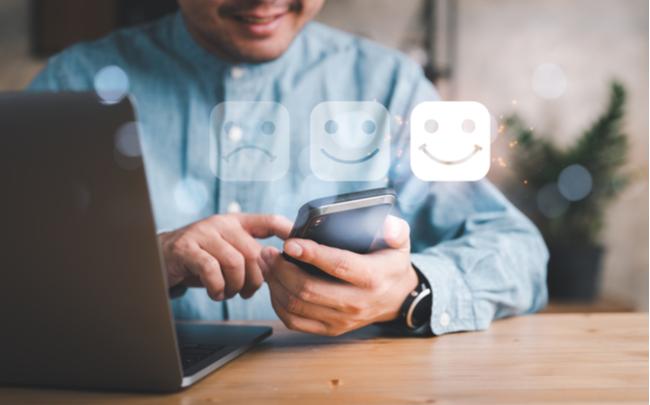 Consumidor usando celular para avaliação