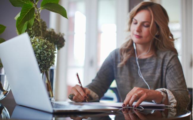mulher anotando dicas para montar o escritório ideal