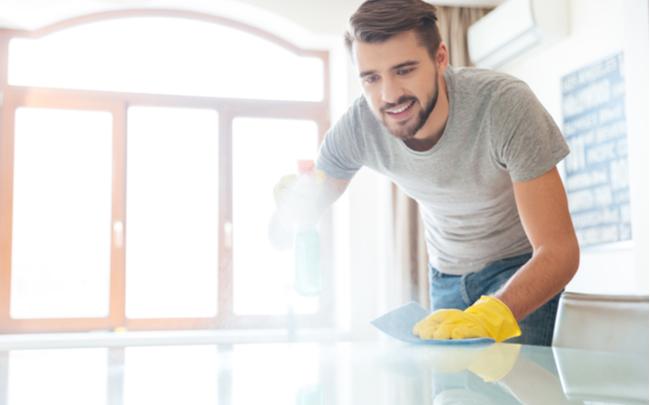 homem realizando limpeza minimalista em casa