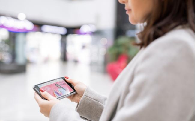 Consumidora independente comprando online