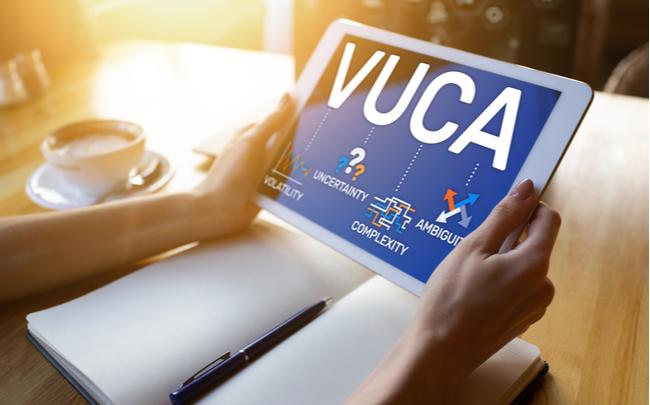 Método VUCA sendo estudado em um tablet