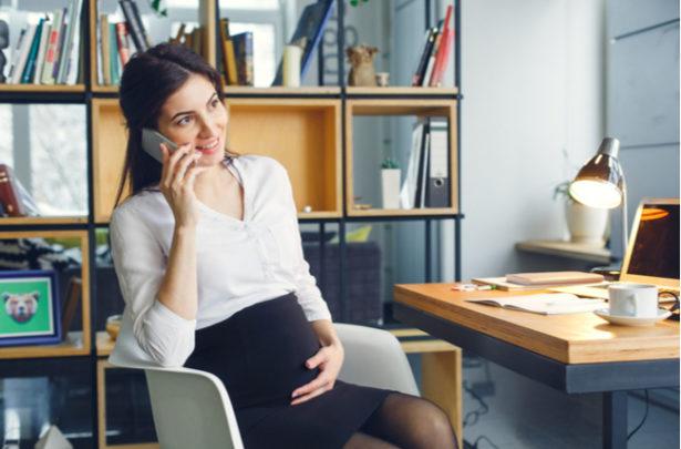 Dicas de saúde para conciliar a gestação e o trabalho com segurança