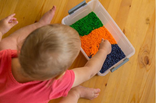 Ideias de brincadeiras sensoriais para bebês