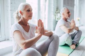 casal praticando ioga - SEPAC