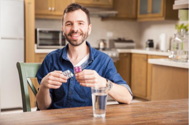 Homem organizando medicamentos em casa - UNIVERSO6