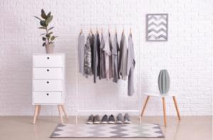 roupas organizadas e expostas em uma arara - UNIVERSO DO CUIDADO