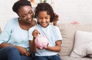 conversa entre mãe e criança sobre dinheiro e educação financeira - UNIVERSO DO CUIDADO