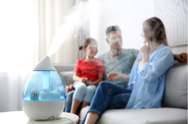 família usando umidificador em casa - UNIVERSO DO CUIDADO