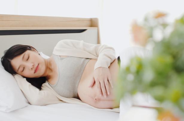 mulher aprendendo como dormir bem durante a gravidez - SEPAC