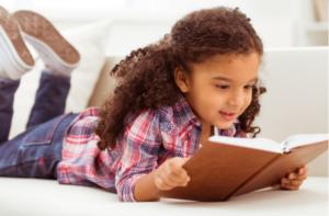 criança desenvolvendo o hábito da leitura
